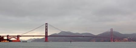 Pont en porte d'or à l'aube Image stock