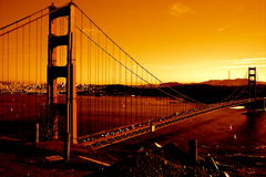 Pont en porte d'or au coucher du soleil images stock