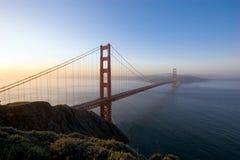 Pont en porte d'or au lever de soleil Images stock