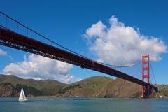 Pont en porte d'or avec le bateau à voile Image libre de droits