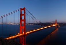 Pont en porte d'or dans le crépuscule Image libre de droits