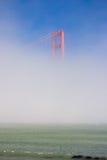 Pont en porte d'or dans un brouillard Images libres de droits
