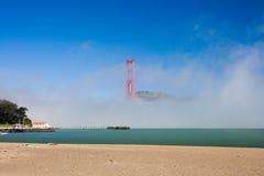 Pont en porte d'or dans un brouillard Image libre de droits