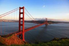 Pont en porte d'or de San Francisco à la soirée photos libres de droits