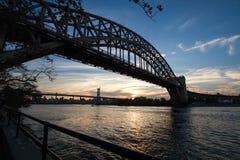 Pont en porte d'enfer en silhouette Photo libre de droits