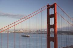 Pont en porte d'or et San Francisco du centre Photographie stock libre de droits