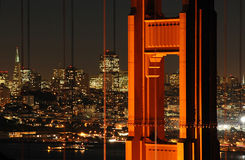 Pont en porte d'or et San Francisco la nuit Images libres de droits