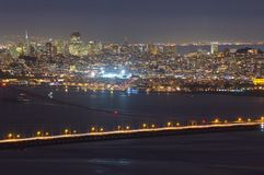 Pont en porte d'or et San Francisco la nuit photo stock