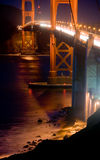 Pont en porte d'or la nuit Images stock