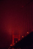 Pont en porte d'or la nuit Photos stock