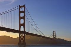 Pont en porte d'or pendant le coucher du soleil Photographie stock libre de droits