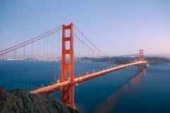 Pont en porte d'or rougeoyant dedans Images stock