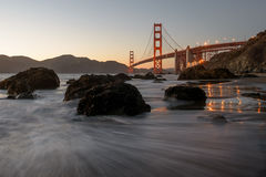 Pont en porte d'or sur la plage Photographie stock libre de droits