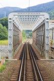 Pont en rail passant au-dessus d'une rivière Image stock