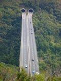 Pont en route au-dessus d'une vallée profonde Photographie stock libre de droits