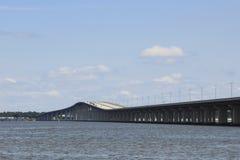 Pont en route au-dessus de l'eau Photo stock