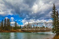 Pont en route au-dessus de la rivière pittoresque Image libre de droits