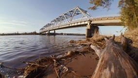 Pont en route au-dessus de la rivière au printemps au coucher du soleil clips vidéos