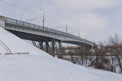 Pont en route au-dessus du canal navigable de Volga-Don pendant l'hiver Photographie stock libre de droits