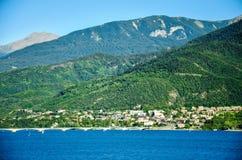 Pont en route au-dessus du réservoir Lac de Serre-Ponson dans le sud-est des Frances à la rivière de Durance La Provence, les Alp Photographie stock libre de droits