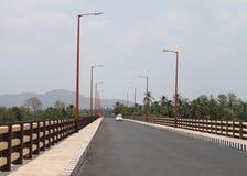 Pont en route avec des lumières de Steet Image stock