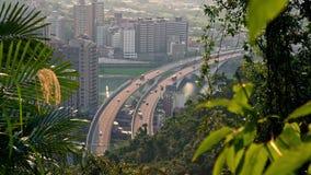 pont en route de la vue 4K aérienne avec des voitures du trafic de forêt dans la ville de Taïpeh banque de vidéos