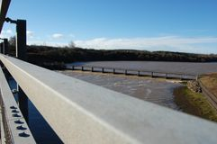 Pont A189 en route de Wansbeck regardant en amont Photos stock