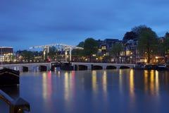 Pont en route et pont d'ascenseur à travers un canal d'Amsterdam Image stock
