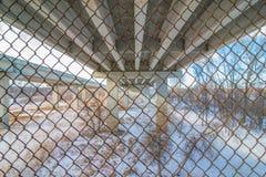 Pont en route nationale de dessous qui va au-dessus de la rivière du Minnesota au sud des villes jumelles - de grandes lignes dro photos stock