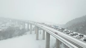 Pont en route pendant chutes de neige lourdes banque de vidéos