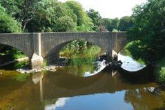 Pont en route principale au-dessus de rivière Teviot Photographie stock