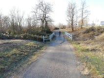 Pont en sentier piéton et ciel bleu clair image libre de droits