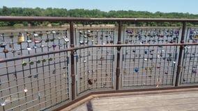 Pont en serrure de rivière photos stock