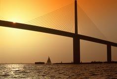 Pont en soleil au-dessus de Tampa Bay, la Floride photo stock