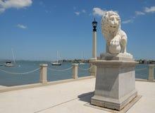 Pont en statue de lion des lions Images libres de droits