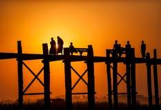 Pont en teck d'U-Bein de pont Images stock