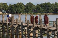 Pont en teck et moines de marche photo libre de droits