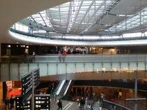 Pont en Teinter-verre avec des passagers, Zurich-aéroport ZRH Photographie stock libre de droits