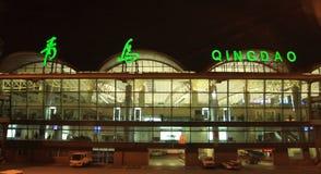 Pont en terminal d'aéroport de Tsing-Tao Image libre de droits