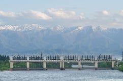 Pont en train au beau paysage des montagnes géorgien Route au-dessus de rivière Montagnes spectaculaires sur le fond Images libres de droits