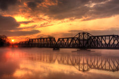 Pont en train au coucher du soleil Photographie stock