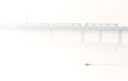 Pont en train en brouillard Image libre de droits