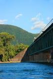 Pont en train, fleuve, montagne Image libre de droits