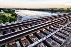 Pont en train haut au-dessus du fleuve ci-dessous Photo stock