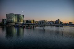 Pont en vélo dans le port de Copenhague Sur les silos du côté gauche vieux sont maintenant les appartements denmark photos stock