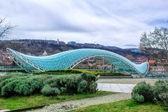 Pont en verre de paix à travers la rivière Kura dans la place de l'Europe, Tbilisi georgia images stock