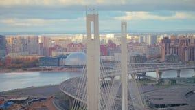 Pont en voiture, gratte-ciel, architecture de bâtiment de ville et vue de bourdon de stade de sports banque de vidéos