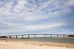 Pont entre le continent et l'île image libre de droits