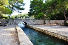 Pont entre le petit et grand lac en parc national de Mljet Photo stock