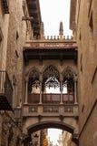 Pont entre les bâtiments à Barcelone Photo libre de droits